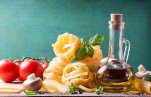 Tutti gli ingredienti per fare un ottimo piatto di spaghetti alle mediterranea: pomodoro, olive, basilico, olio extravergine,