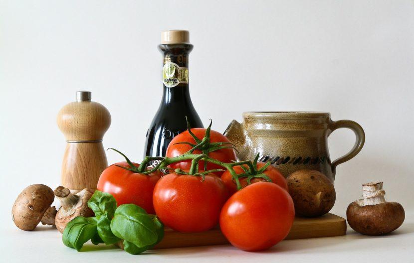 Bellissima immagine con gli ingredienti della dieta mediterranea.Olio, pomodori, basilico e funghi