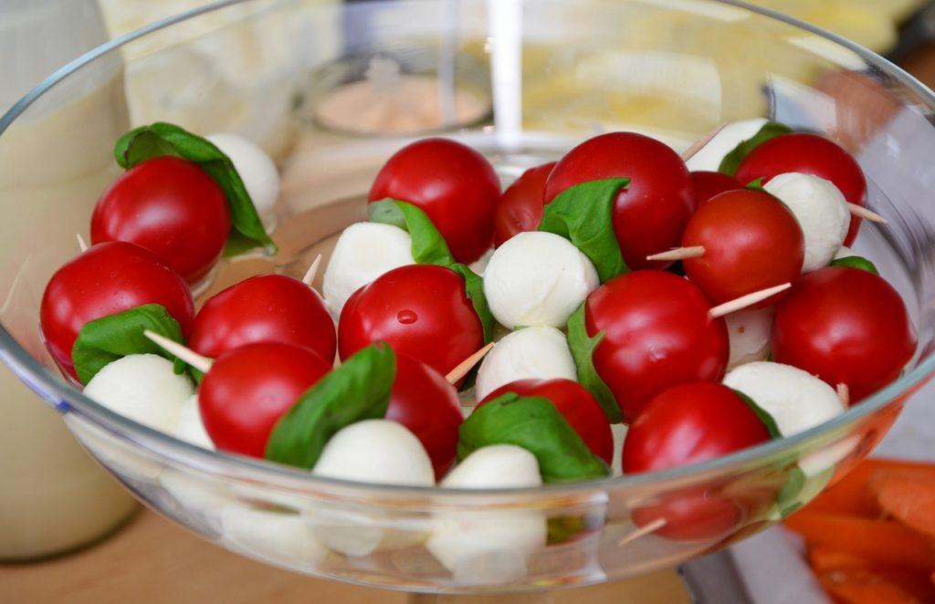 Foto di un tipico piatto della dieta mediterranea. Pomodoro, Mozzarella e basilico.