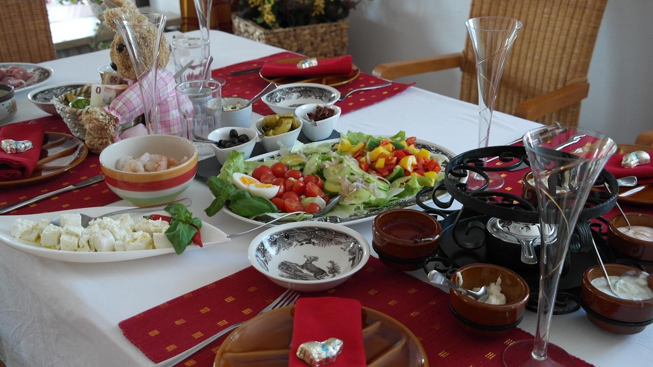 Nella Dieta Mediterranea è importante che il pranzo abbia ingredienti sani come pomodori insalata e uova.