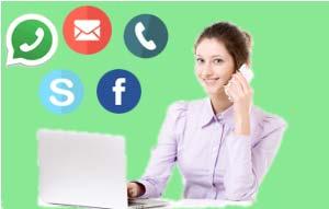 Raffigurazione di una segretaria che risponde al telefono, l telefono e risponde a messaggi facebook ed email