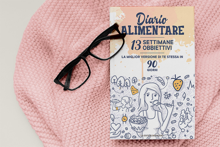 Il diario alimentare della dottoressa Simona Meloni appoggiato su un maglione rosa .