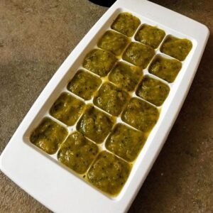 Foto della ricetta del Dado fatto in casa, versato nel contenitore per i cubetti da ghiaccio