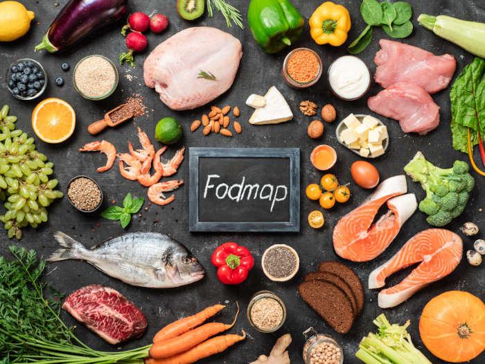 Immagine in cui si vedono dall'alto tanti alimenti per la dieta fodmap, tra cui il pesce, la carne e le verdure.