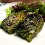 Foto della ricetta light degli involtini di verza con un ripieno di macinato di pollo, impiattati con un contorno di insalata