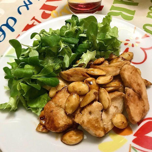 Foto della Ricetta del pollo alle mandorle in versione light con salsa di soia, zenzero e olio extravergine di oliva, impiattata con della insalata verde