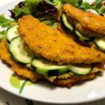 Foto della Ricetta dei tacos di carote con humus di ceci, presentati con un ripieno di cetrioli e impiattati con della insalata, ideali per una cena vegetariana e per i bimbi che non amano le verdure