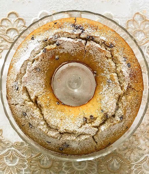 Foto della Ricetta della Torta di Banane, condita con Gocce di Cioccolato e impiattata con una spolverata di zucchero a velo