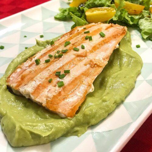 Foto della Ricetta del Filetto di Salmone al Limone con Salsa di Avocado, insaporito con erba cipollina e impiattato con pomodori e insalata cruda