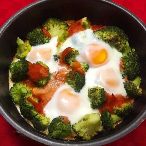 Foto della Ricetta delle Uova al Forno con Broccoli e Pomodoro, insaporite con un pizzico di Origano